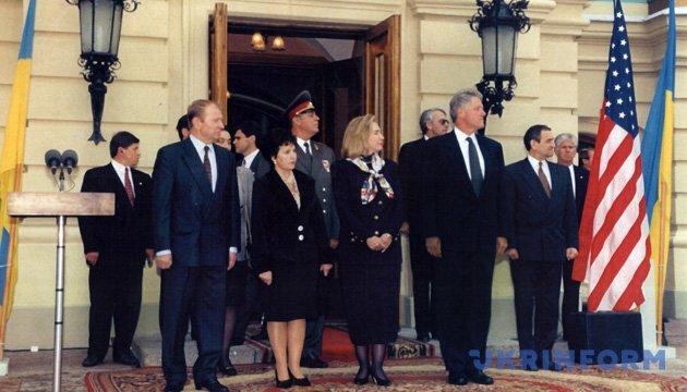 Торжественная церемония встречи Президента США Билла Клинтона возле Мариинского дворца. Май. На 1995 год. Фото Анатолия Бовта