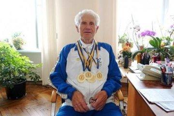 83岁的日托米尔游泳运动员创三项记录
