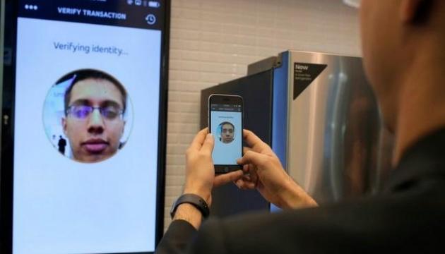 Amazon заборонила технологію розпізнавання облич для поліції США