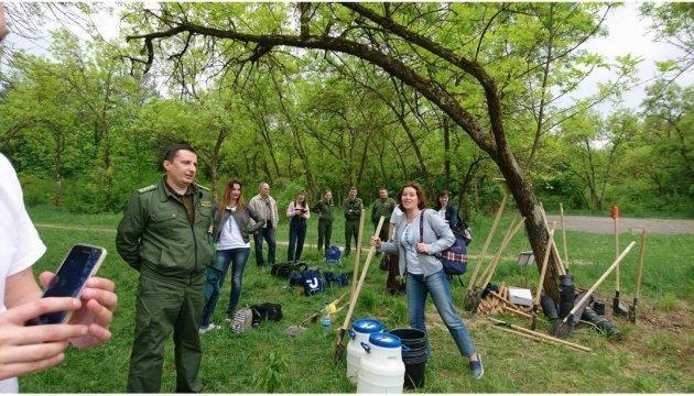 Plantan en Uzhgorod cien árboles en honor del 100º aniversario de Ukrinform