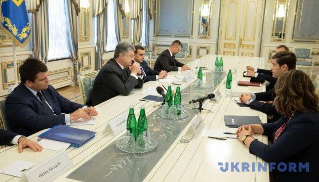 Порошенко обговорив із помічником держсекретаря США ситуацію на Донбасі