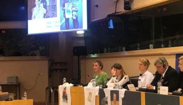 Des ex-prisonniers ukrainiens devant le Parlement européen