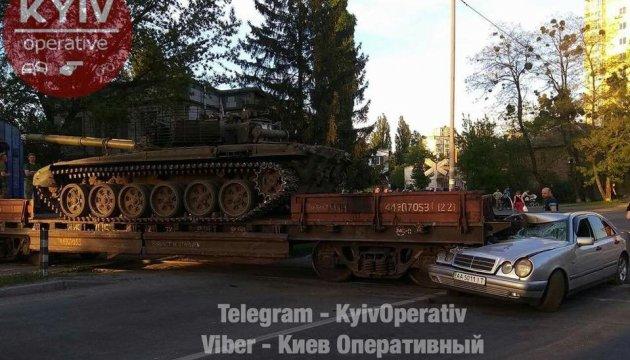 У Києві Mercedes в'їхав у платформу з танком