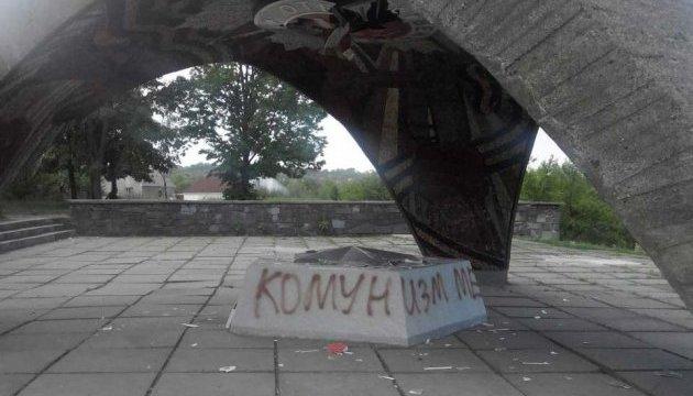 Вандалы в Днипре повредили монумент «Безымянная высота»
