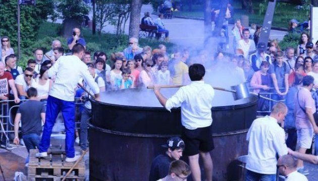 捷尔诺波尔烹制1.5吨皇家珍汤
