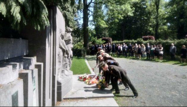 Diplomáticos ucranianos honran la memoria a los caídos en la Segunda Guerra Mundial en Bruselas