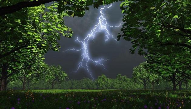 Украине обещают сильные дожди с градом и жару