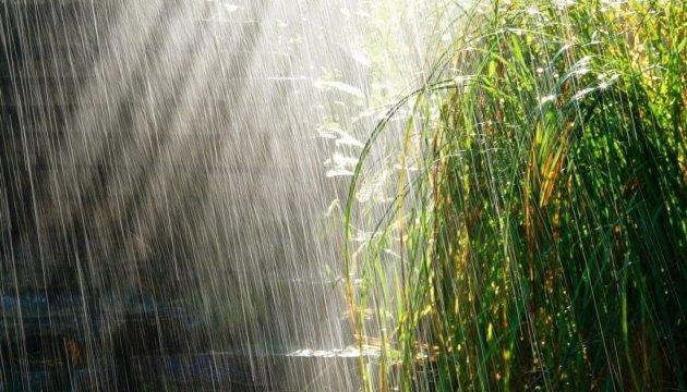 Завтра всю Украину накроют дожди с грозами, а местами — с градом