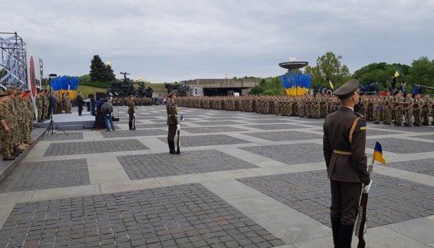 Украинская армия вооружена еще не идеально, но лучше за всю историю - Порошенко