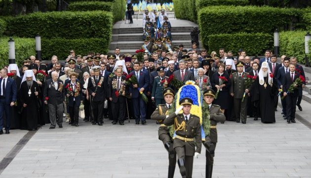 Ukrainian leaders commemorate victims of WWII. Photos