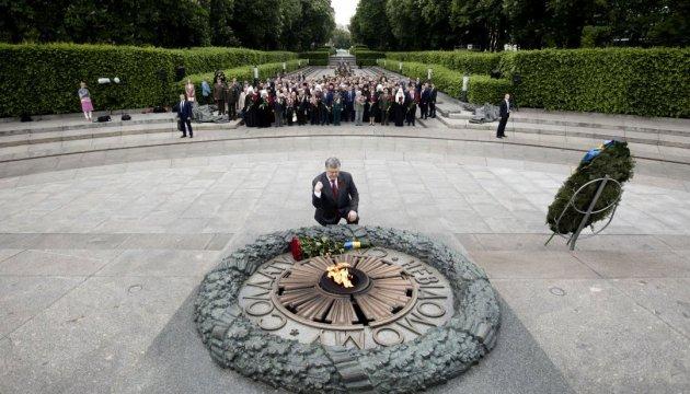 Tag des Sieges: Staatsführung legt Blumen am Ewigen Feuer in Kiew nieder