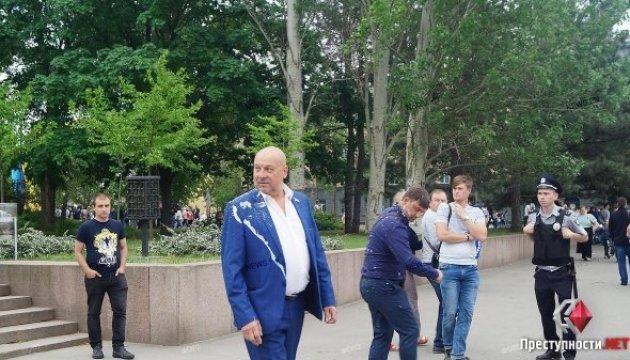 """У Миколаєві депутата облради полили кефіром на ході """"Безсмертного полку"""""""
