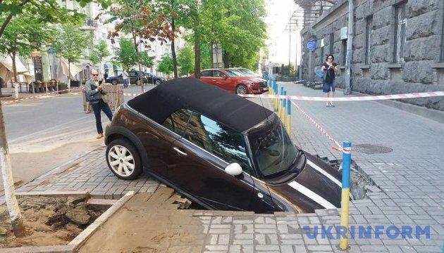 Це провал: у столиці автомобілі все частіше йдуть під землю (ВІДЕО)