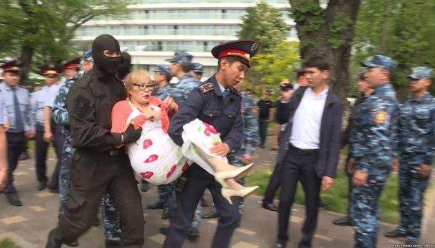 В Казахстане полиция разогнала акцию оппозиции, полсотни задержанных