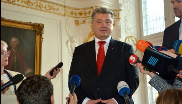 Poroshenko calls on world to continue pressure on Russia to release political prisoners