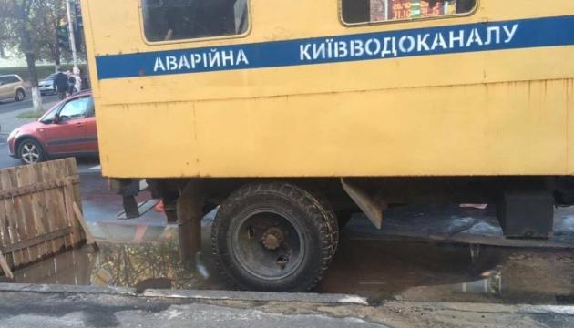 В Киеве из-за аварии на коллекторе провалилась дорога