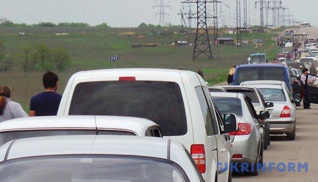 В пунктах пропуска на Донбассе в очередях - почти 200 авто