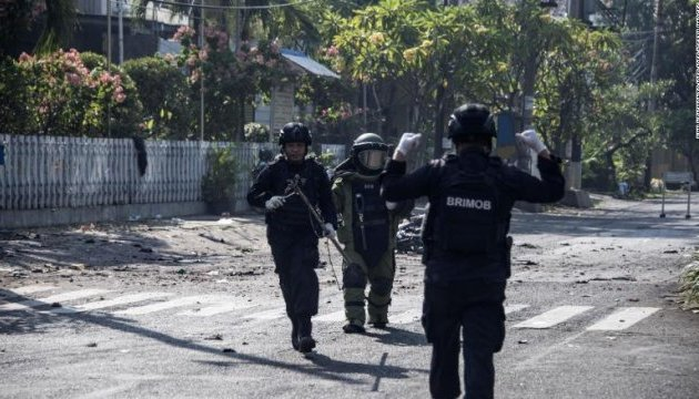 В трех церквях Индонезии подорвались смертники, минимум 10 погибших