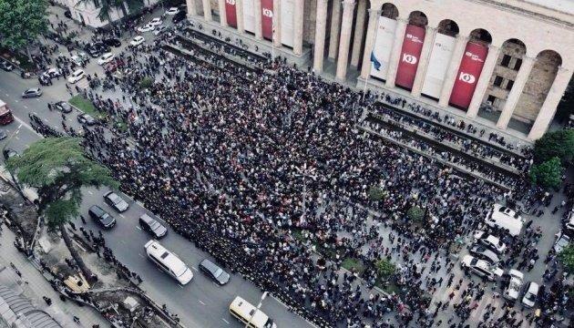 Протести у Тбілісі: до мітингувальників вийшов міністр МВС