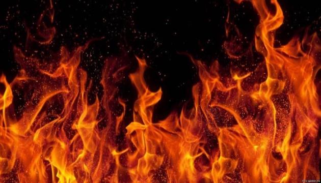 В Киеве ночью сгорел грузовик, еще три авто повредил огонь