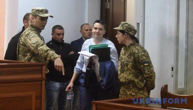 Суд разрешил Савченко выйти из стеклянного бокса