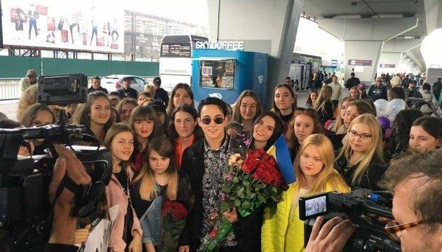 Una multitud de fanáticos reciben con flores a Melovin en Kyiv (Vídeo)