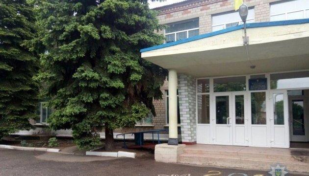 У сільській школі біля Мар'їнки шукають сліди розпилення сльозогінного газу