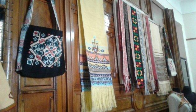 Вишиванки та гобелени: у Чернівцях відкрили виставку студентських робіт