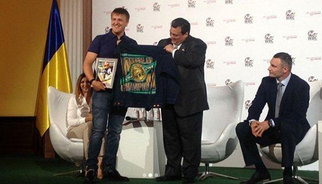 Президент WBC Сулейман передав нагороду українському боксеру Усику