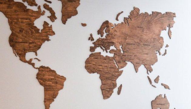 Дерев'яна мапа світу, створена українцями, зібрала на Kickstarter понад $100 тис