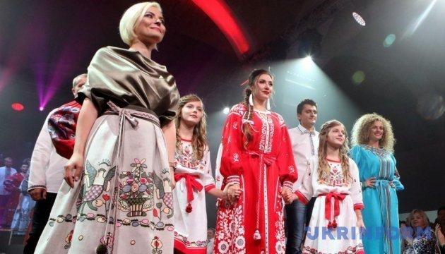 女军人参加的民族风情秀在基辅举行