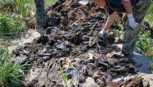 Біля Дніпра знайшли 36 мішків з речами загиблих в