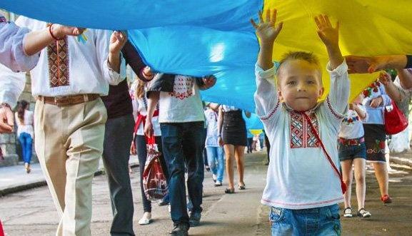 Ukrainians celebrate day of national embroidered shirt