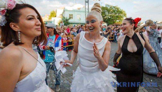 Парад наречених влаштують в Ужгороді на День Конституції
