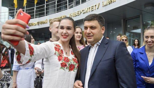 Regierungschef trägt Wyschywanka