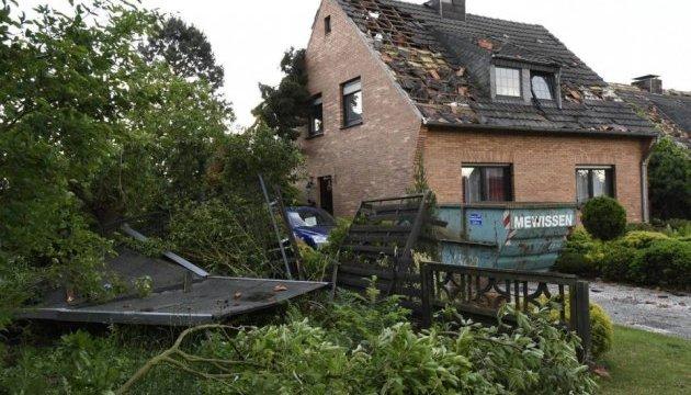 Німеччиною пронісся торнадо - зірвані дахи, повалені дерева