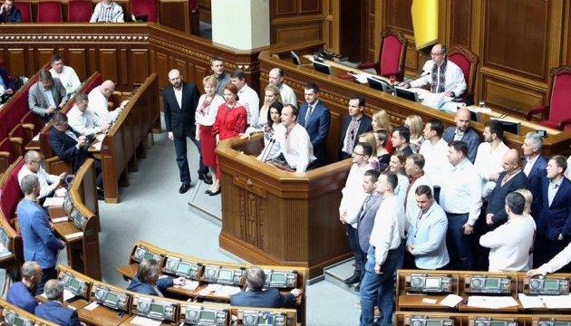 Червоними і чорними нитками: депутати прийшли в Раду у вишиванках