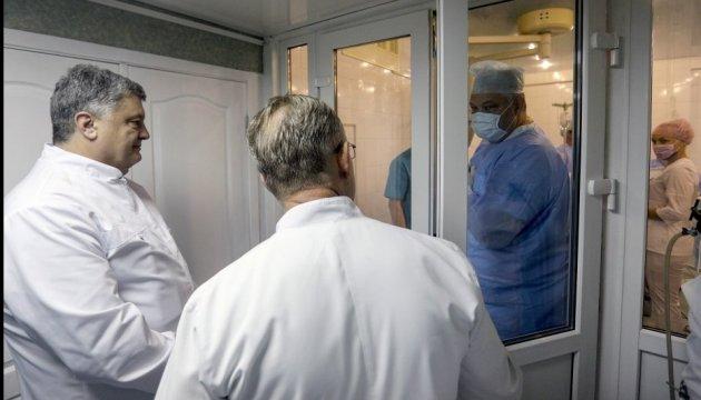 Порошенко подякував лікарні імені Мечникова за врятовані життя воїнів