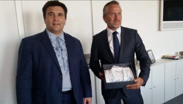 Клімкін подарував вишиванку главі МЗС Данії