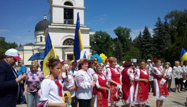 Українська вишиванка стає об'єднавчим чинником у Молдові – посольство