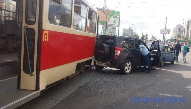 У Києві трамвай не розминувся із джипом