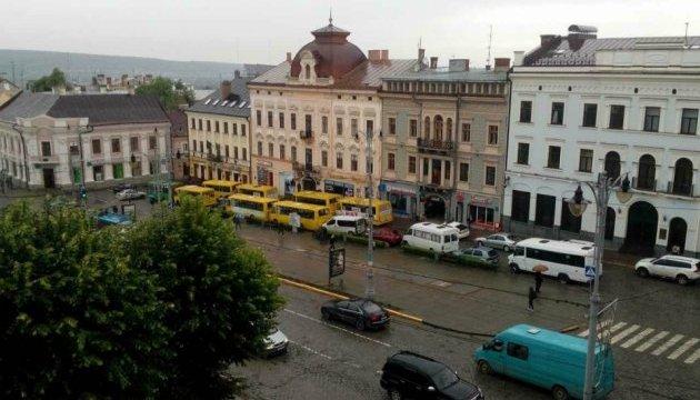 У Чернівцях страйкують перевізники: порожні маршрутки поставили під мерію
