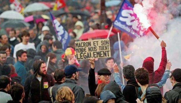 В Париже арестовали более сотни протестующих