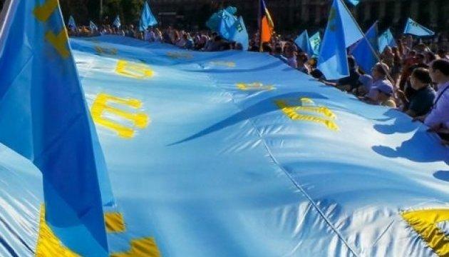 В Херсоне на митинге развернули крымскотатарский флаг размером 11 на 7 метров