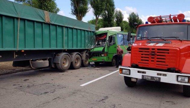 На Дніпропетровщині в ДТП за участю автобуса постраждало більше 20 осіб