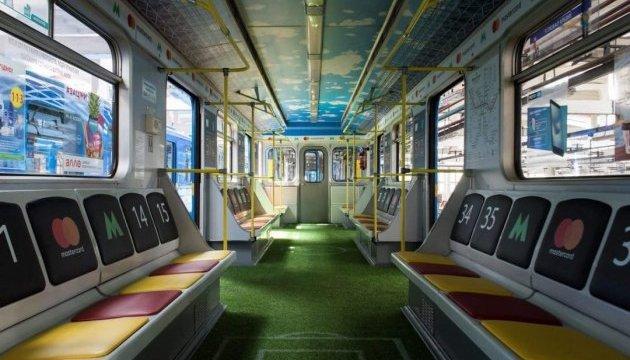 У київському метро їздитиме вагон-стадіон