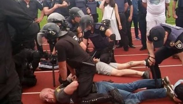 Поліція затримала журналіста, який знімав масову бійку на стадіоні — НСЖУ