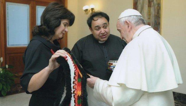 Папа Римский примерил гуцульский наряд