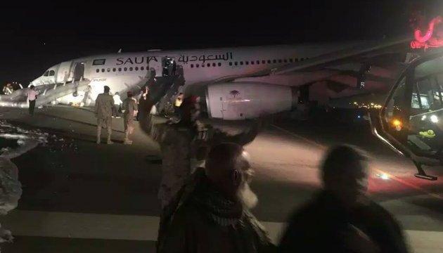 В Саудовской Аравии самолет совершил экстренную посадку из-за проблемы с шасси