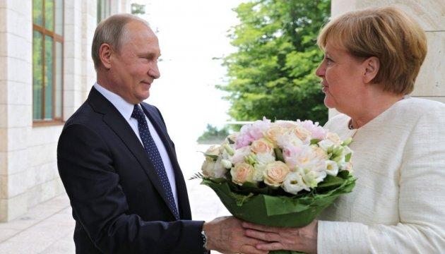 Путин в этот раз не стал пугать Меркель собаками...